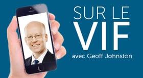 Main qui tient un cellulaire affichant le visage d'un homme d'affaires à côté du texte «Sur le vif avec GeoffJohnston»