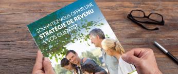 Gros plan sur un dépliant de l'EmpireVie dont le titre est «Souhaitez-vous offrir une stratégie de revenu à vosclients?»