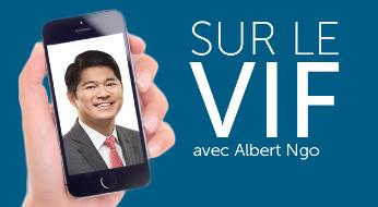 Main qui tient un cellulaire affichant le visage d'un homme d'affaires à côté du texte «Sur le vif avec AlbertNgo»